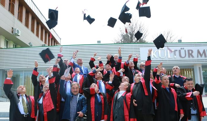 Atatürk Üniversitesi mezunu doktorlar, 40 yıl sonra kep atarak yemin etti