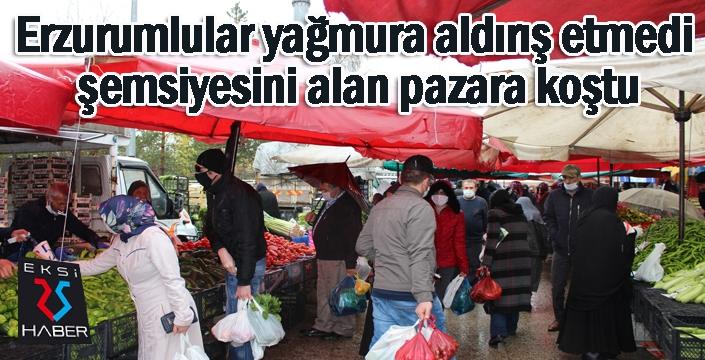 Erzurumlular yağmura aldırış etmedi, şemsiyesini alan pazara koştu