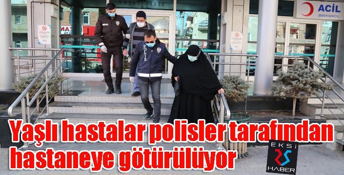 Yaşlı hastalar polisler tarafından hastaneye götürülüyor